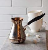 土耳其木桶匠用在大理石桌上的新近地煮的咖啡 库存图片
