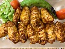 土耳其样式辣鸡翅Kebab/Kebap在餐馆服务 免版税库存照片