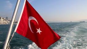 土耳其沙文主义情绪在伊斯坦布尔船的船尾浮动 股票视频