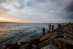 土耳其渔夫日落伊斯坦布尔 库存照片