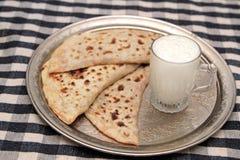 土耳其烹调gozleme和酸奶饮料ayran 免版税库存图片