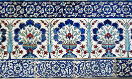 土耳其瓦片设计在Topkapi宫殿,伊斯坦布尔 免版税库存照片
