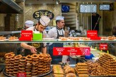 土耳其甜卖主在伊斯坦布尔市场上 免版税库存照片