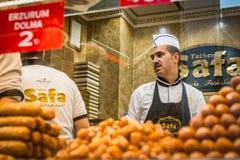 土耳其甜点的卖主 库存照片