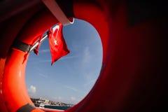 土耳其的旗子和lifebuoy支持一条小船在Bosphorus海峡,伊斯坦布尔,土耳其 免版税图库摄影
