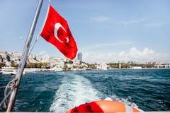 土耳其的旗子和lifebuoy支持一条小船在Bosphorus海峡,伊斯坦布尔,土耳其 库存照片