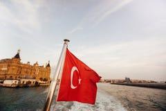 土耳其的旗子和lifebuoy支持一条小船在Bosphorus海峡,伊斯坦布尔,土耳其 免版税库存照片