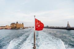 土耳其的旗子和lifebuoy支持一条小船在Bosphorus海峡,伊斯坦布尔,土耳其 免版税库存图片