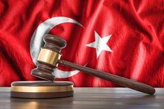 土耳其的木惊堂木和旗子背景的-法律概念 免版税图库摄影