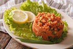 土耳其碾碎干小麦开胃菜辣kisir用在桌上的草本 免版税库存图片