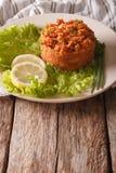 土耳其碾碎干小麦开胃菜辣kisir用在桌上的草本 库存照片