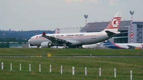 土耳其航空减速火箭的号衣空中客车A330乘出租车在离开前的 股票视频