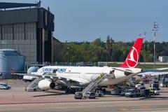 土耳其航空在柏林特赫尔机场 库存照片