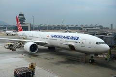 土耳其航空波音777-300在香港机场 免版税库存照片