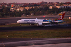 土耳其航空波音777-300着陆 免版税库存图片