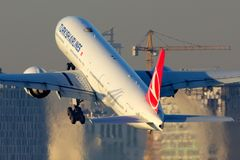 土耳其航空离开在阿塔图尔克国际机场的波音777-300 库存图片