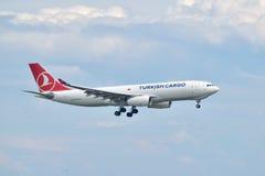 土耳其航空货物空中客车A330着陆在伊斯坦布尔阿塔图尔克A 免版税库存图片