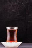 土耳其茶和黑色背景 库存照片
