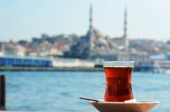 土耳其茶的特写镜头与伊斯坦布尔的在背景中 免版税库存图片