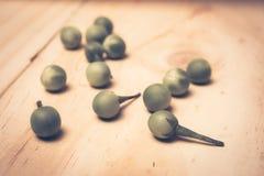 土耳其莓果茄属torvum Sw 在一个木地板上 免版税库存照片