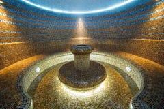 土耳其蒸汽浴内部hammam室铺磁砖了热的水 库存图片