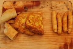 土耳其语在木头的油煎的sigara borek 图库摄影