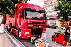 土耳其语在Cinarcik镇-土耳其担任主角促进卡车 免版税库存照片