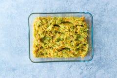 土耳其语混合开胃菜红萝卜和夏南瓜沙拉在玻璃碗 库存照片