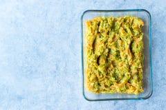 土耳其语混合开胃菜红萝卜和夏南瓜沙拉在玻璃碗 图库摄影