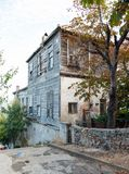 土耳其语的传统白色木房子 免版税库存图片