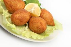 土耳其语赖买丹月食物icli kofte (丸子)沙拉三明治白色背景 免版税库存图片