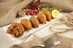 土耳其语赖买丹月食物icli kofte (丸子)沙拉三明治 图库摄影