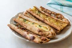 土耳其酥皮点心科尼亚Mevlana Pide用求立方的肉和熔化乳酪 免版税库存照片