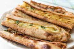 土耳其酥皮点心科尼亚Mevlana Pide用求立方的肉和熔化乳酪 免版税库存图片