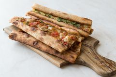 土耳其酥皮点心科尼亚Mevlana Pide用求立方的肉和熔化乳酪 库存图片