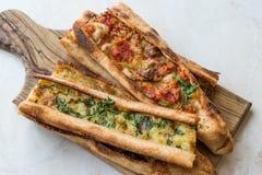 土耳其酥皮点心科尼亚Mevlana Pide用求立方的肉和熔化乳酪 库存照片