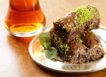 土耳其阿拉伯点心-果仁蜜酥饼用蜂蜜和核桃,开心果 免版税库存图片