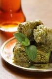 土耳其阿拉伯点心-果仁蜜酥饼用蜂蜜和核桃,开心果 免版税图库摄影