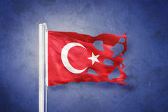 土耳其飞行被撕毁的旗子反对难看的东西背景的 免版税库存照片