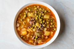 土耳其食物内容丰富的绿豆炖煮的食物/炖了肉Etli Bezelye 免版税图库摄影