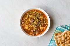 土耳其食物内容丰富的绿豆炖煮的食物/炖了肉Etli Bezelye 库存照片
