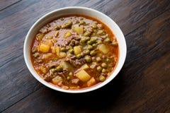 土耳其食物内容丰富的绿豆炖煮的食物/炖了肉Etli Bezelye 图库摄影