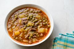 土耳其食物内容丰富的绿豆炖煮的食物/炖了肉Etli Bezelye 免版税库存图片