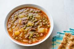 土耳其食物内容丰富的绿豆炖煮的食物/炖了肉Etli Bezelye 免版税库存照片