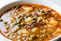 土耳其食物内容丰富的绿豆炖煮的食物/炖了肉Etli Bezelye 库存图片