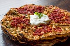 土耳其食物开塞利YaÄŸlama用肉末、酸奶和Tomate浆糊 库存图片