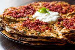 土耳其食物开塞利YaÄŸlama用肉末、酸奶和Tomate浆糊 图库摄影