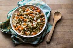 土耳其食物新鲜的豌豆用红萝卜和土豆 库存图片