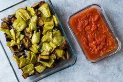 土耳其食物Kizartma/油煎了茄子或与西红柿酱辣调味汁的茄子切片在玻璃碗调味 免版税图库摄影