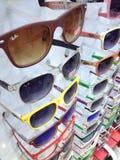 土耳其马尔马里斯港太阳镜在商店窗口里 免版税库存图片